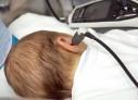Auzul și văzul bebelușilor va fi testat la maternitate